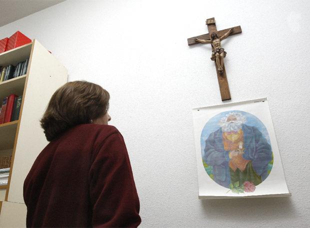 ¿A quién rezará esta señora, a Chus o a Carlos?